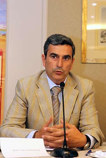 Carlos Pereda se dirige a los periodistas.