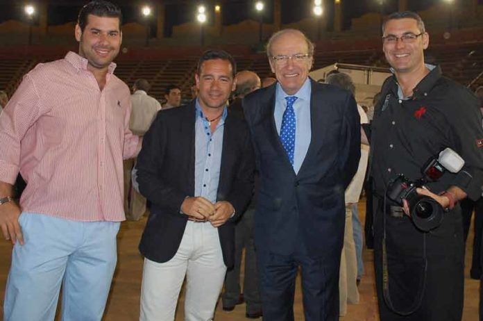 El alcalde de Huelva con varios componentes de HUELVA TAURINA. De izquierda a derecha: Juan José Benítez, Francisco Mateos, el alcalde Pedro Rodríguez y Vicente Medero. (FOTO: Pepe Plaza)