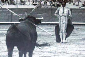 Litri esperando la arrancada del toro.