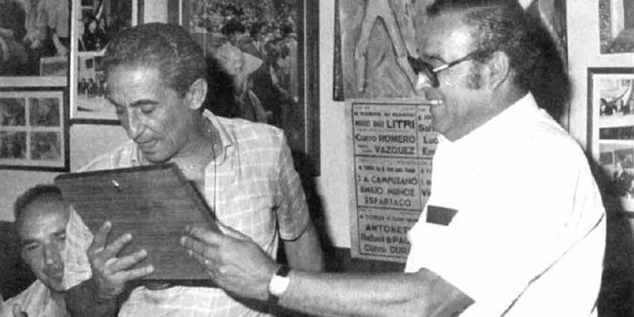 Juan Barranco Posada recibe un recuerdo del I Pregón Taurino, en 1984.