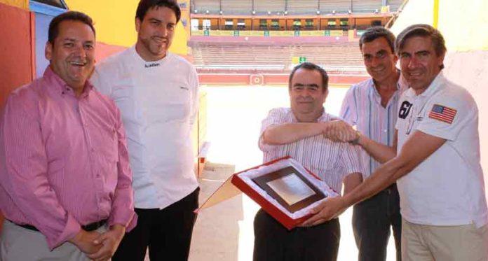 Los hosteleros le entregan a los empresarios un recuerdo en reconocimiento a su esfuerzo.