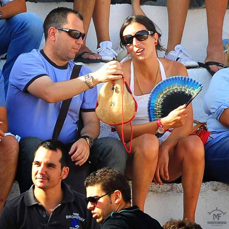 A la alcaldesa de Valverde le ofrecen vino en la clásica bota.