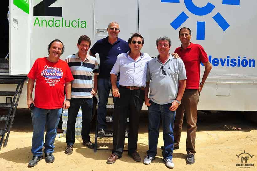 Alfonso Vallejo y su equipo técnico de retransmisiones.