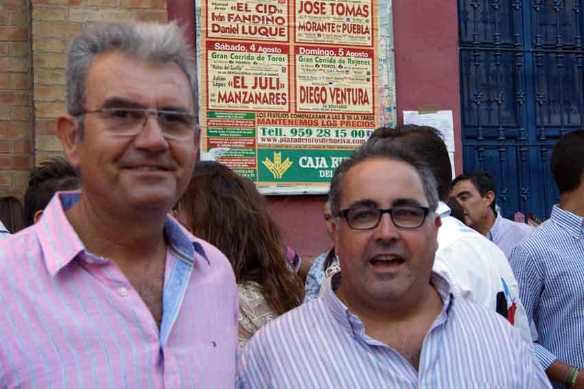 Los periodistas taurinos onubenses Pepe Ruciero y Javier García-Baquero.