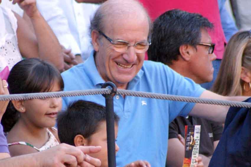 El alcalde de Huelva, Pedro Rodríguez, fijo en su barrera cada tarde.