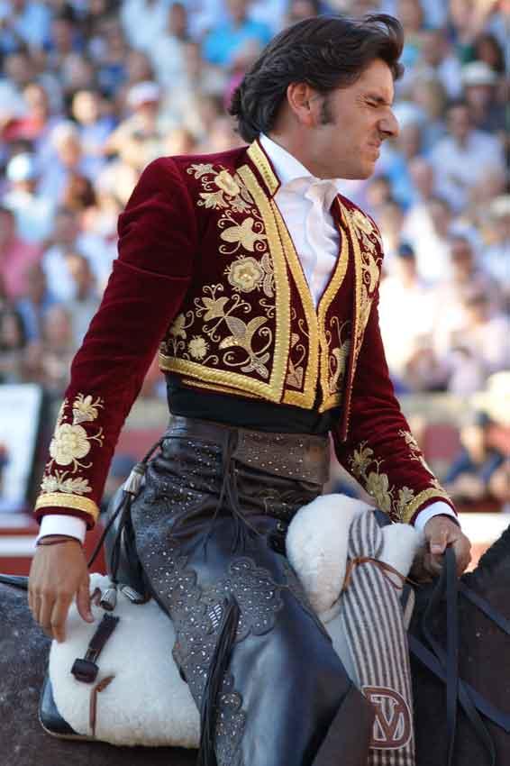 Diego Ventura se duele ostensiblemente del hombro izquierdo tras la fuerte cogida en el primero. (FOTO: Pérez Marín)