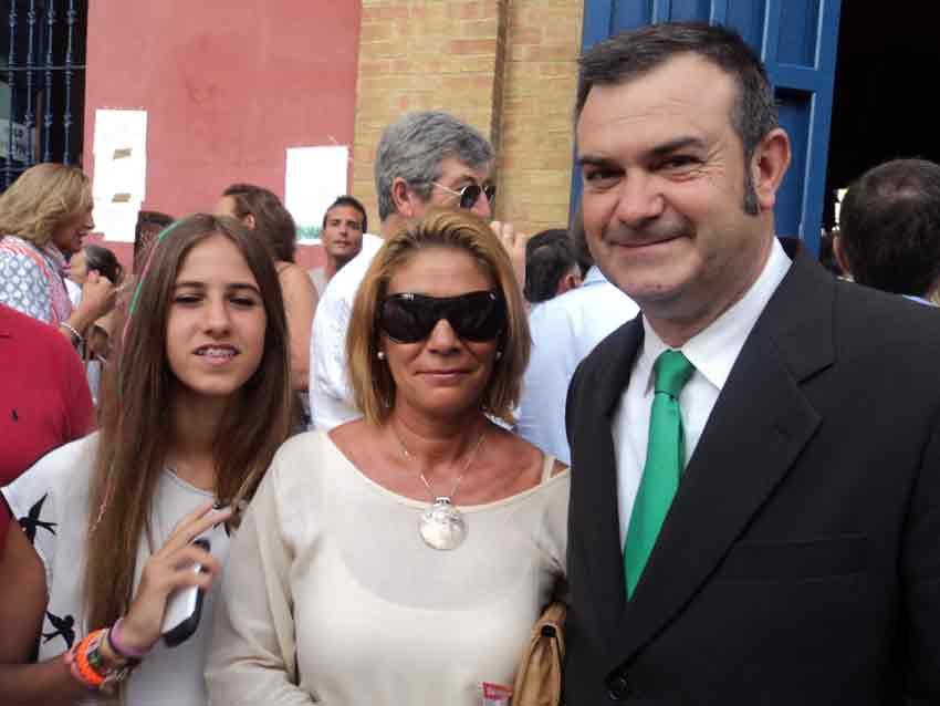 El presidente del festejo, Juan León, y su familia.