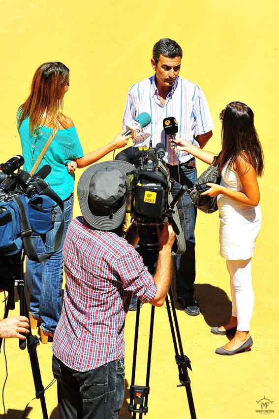 Los medios entrevistan al empresario Carlos Pereda.