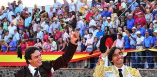 Salida triunfal hoy en Cortegana de Oliva Soto y Curro Díaz. (FOTO: Vicente Medero)