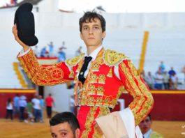 El joven novillero José Ángel Fuentes sale a hombros hoy en Ayamonte. (FOTO: Vicente Medero)