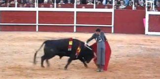 David de Miranda en un pase cambiado por la espalda esta tarde en Trigueros. (IMAGEN: mundotoro.com)