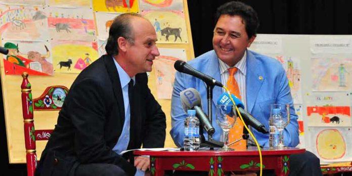 El periodista Paco Guerrero y Tomás Campuzano, esta tarde en Palos. (FOTO: Vicente Medero)