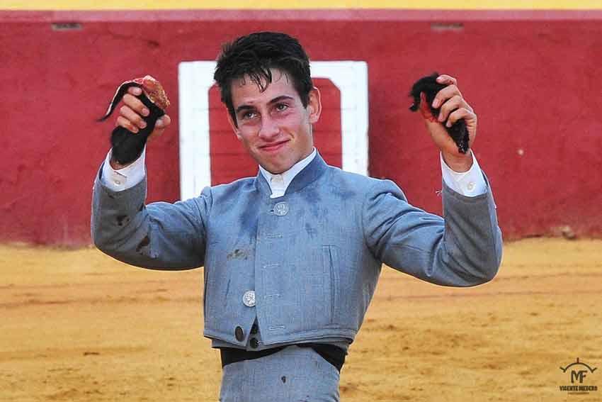 El onubense Alejandro Conquero ha cortado dos orejas en el sexto. (FOTO: Vicente Medero)