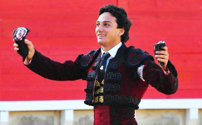 Oliva Soto con dos orejas ganadas en Cortegana este año. (FOTO: Vicente Medero)