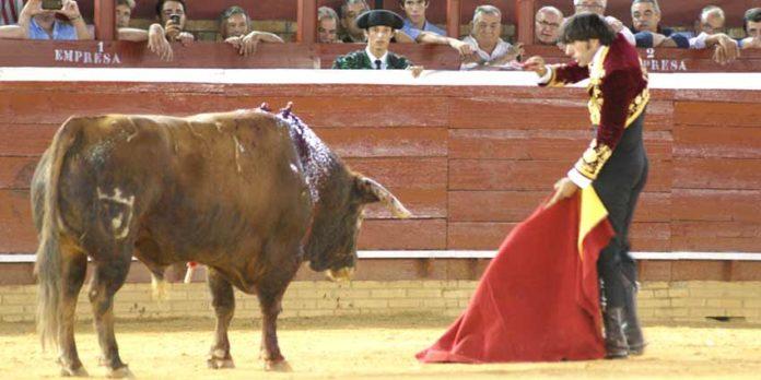 Ventura entra a matar a estoque al sexto sin usar previamente el rejón de muerte. (FOTO: Pérez Marín)