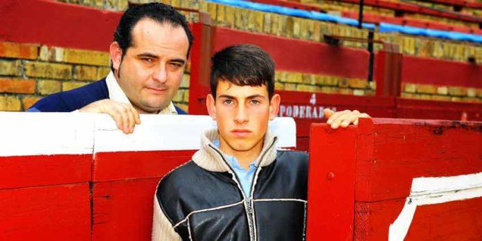 El novillero onubense Alejandro Conquero junto a su mozo de espadas. (FOTO: Vicente Medero)