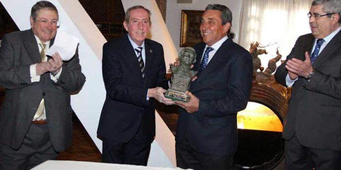 Fernando Cuadri recoge el trofeo 'José María Martorell' de la Tertulia cordobesa 'Tercio de Quites'. (FOTO: Cuevas)