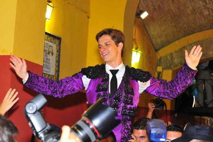 El Juli saliendo a hombros en La Merced en las Colombinas del año pasado, actuación que ha sido fundamental para que el jurado le conceda por segunda vez el trofeo 'Pepe Luis Vázquez'. (FOTO: Vicente Medero)
