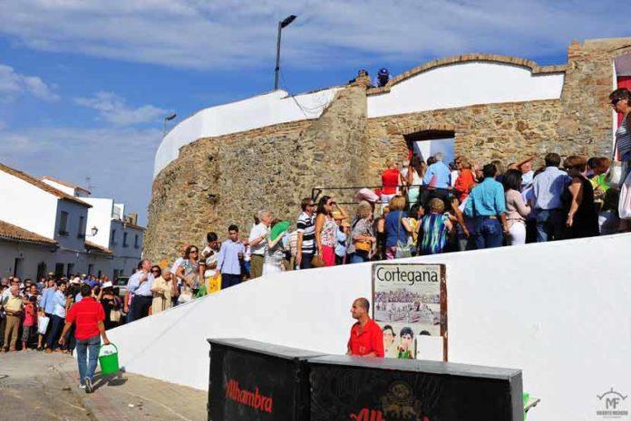Expectación en los exteriores de la plaza el día de su reinauguración, el año pasado. (FOTO: Vicente Medero)