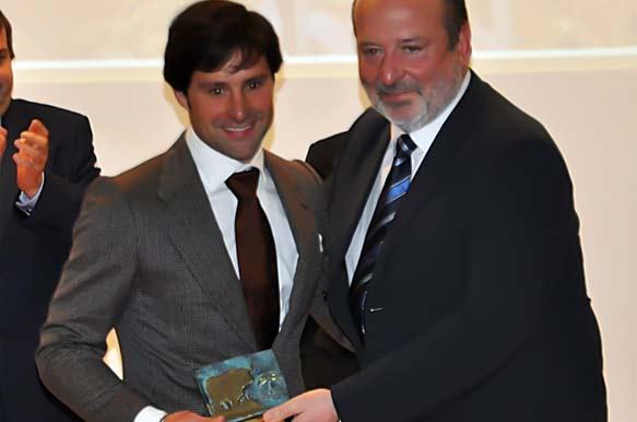 El onubense Andrés Romero recoge su trofeo como 'Mejor rejoneador' 2012 en las plazas de la provincia de Huelva. (FOTO: Vicente Medero)