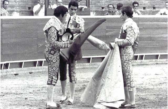 Ceremonia de alternativa del onubense Curro Méndez, de manos de Paquirri y Paco Alcalde.