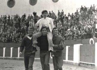 Los novilleros Jesús Abril, El Zurdo y Alfredo Buendía sacaron a hombros a Paquito Pirfo al término del festejo de Huelva.