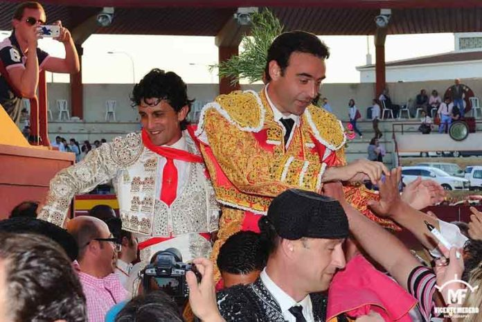 José Doblado y Enrique Ponce, a hombros hoy en Palos. (FOTO: Vicente Medero)