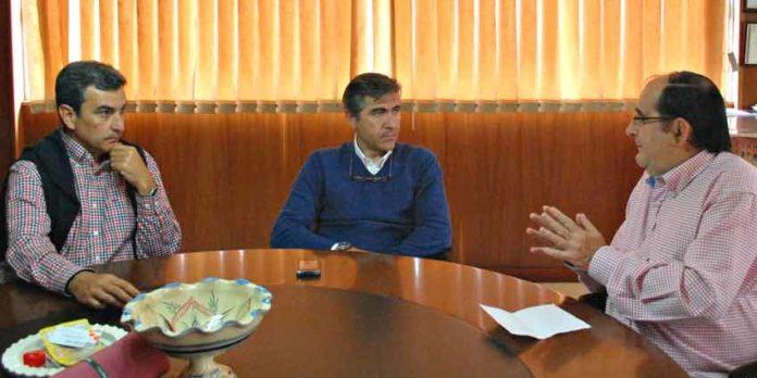 Carlos Pereda y Óscar Polo, durante la entrevista de nuestro compañero Vicente Parra en las oficinas de la empresa. (FOTO: Pepe Plaza)