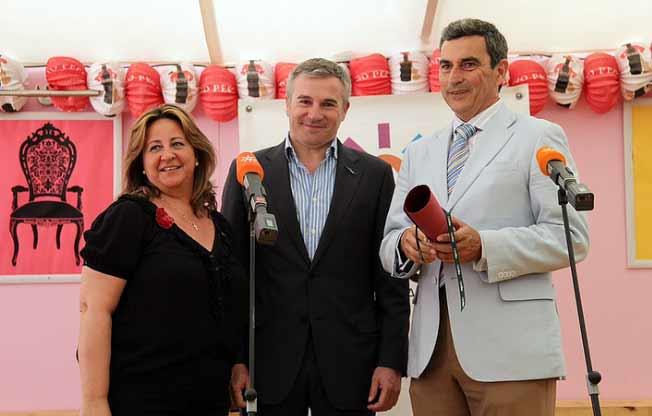 Responsables de contenidos de Canal Sur entregan la distinción a Carlos Pereda, empresario de la plaza de La Merced.