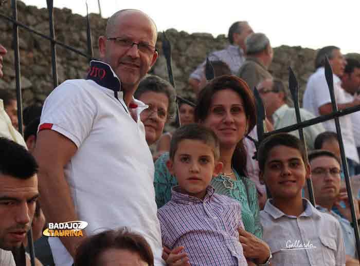 Una familia muy aficionada local de Santa Olalla del Cala.
