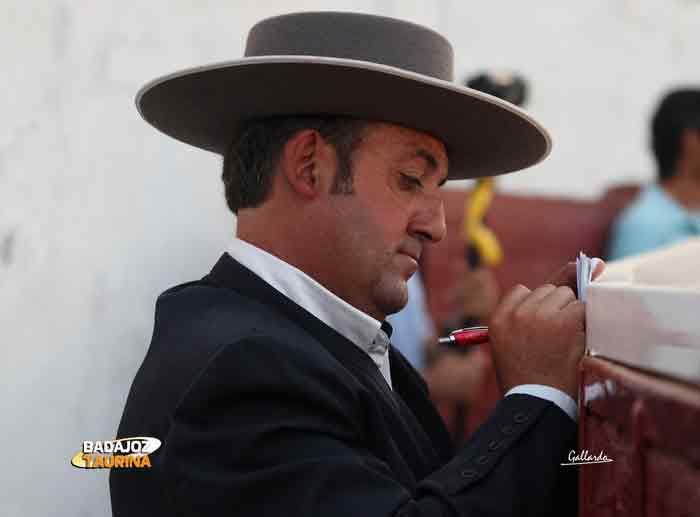 Manuel Linares, el mayoral de Cayetano Muñoz, tomando notas en el callejón.