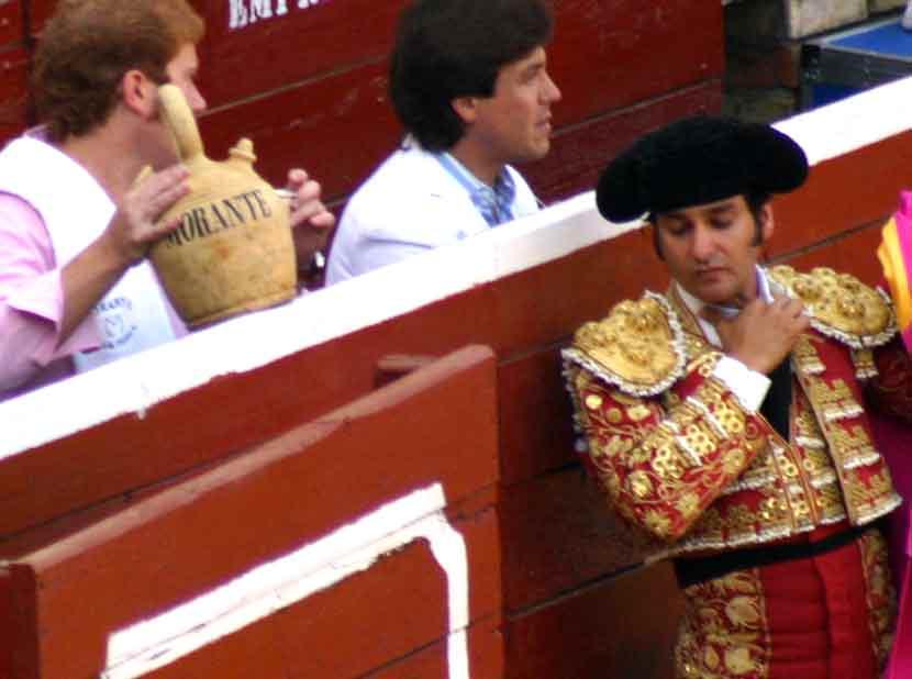 Morante de la Puebla y las tradiciones con su clásico botijo para el agua fresca.
