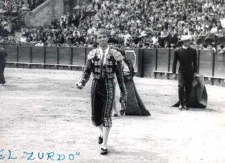 El novillero onubense Juan Jesús Sánchez 'El Zurdo', en una imagen de archivo en un triunfo la Maestranza.