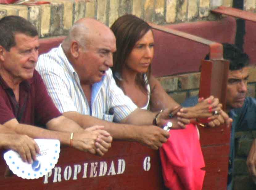 El ganadero y propietario de la plaza José Luis Pereda con una de sus hijas.