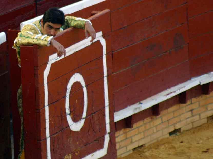Miguel Ángel Perera no ha debido quedar contento con su actuación con los aceros.