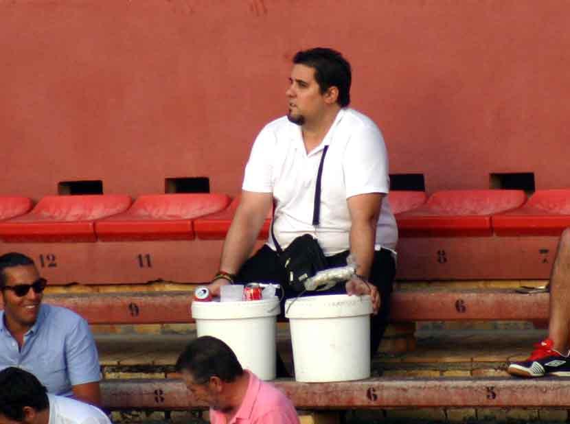 Hasta el vendedor de bebidas también paró para ver el toreo de Morante de la Puebla.