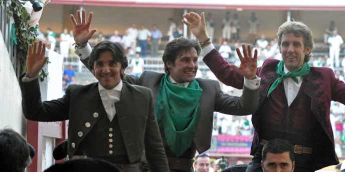 Andrés Romero -en el centro junto a Ventura y Hermoso de Mendoza- saliendo a hombros en Huesca.