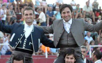 Andrés Romero, a la derecha, junto a Martín Burgos, en la salida a hombros de esta tarde en Quintanar de la Serena.