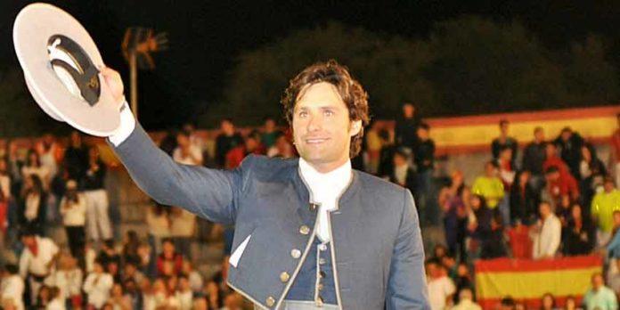 Andrés Romero en la salida a hombros esta noche en la corrida de rejones celebrada en El Casar de Talamanca (Guadalajara):