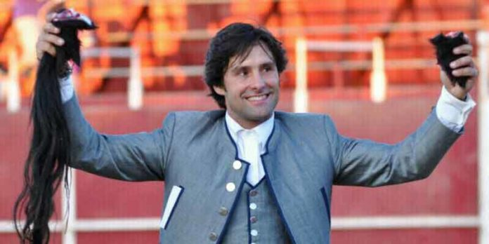 El rejoneador onubense Andrés Romero con las dos orejas y el rabo ganados en su segundo toro esta tarde en Castuera (Badajoz).