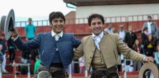 Andrés Romero, a la derecha, en la salida a hombros esta tarde en la localidad madrileña de Pedrezuela.