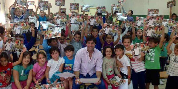 Andrés Romero con los niños del colegio de su pueblo de Escacena.