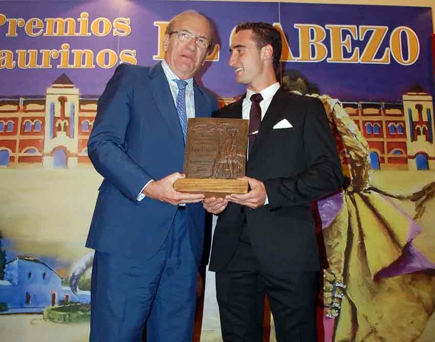 El alcalde Pedro Rodriíguez entrega a Juan Ramón Jiménez el trofeo al 'Mejor novillero'.
