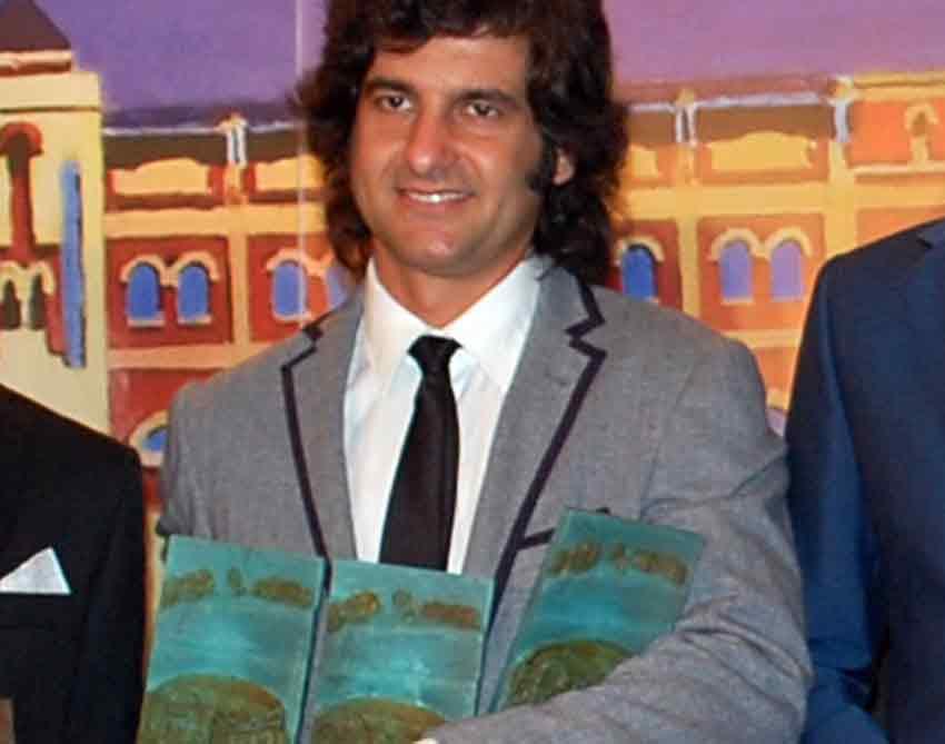 Morante y sus tres trofeos: 'Triunfador' de Colombinas, 'Mejor faena' y 'Mejor toreo de capote'.