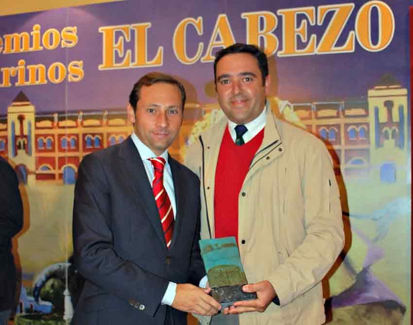 Trofeo para Talavante a la 'Mejor estocada'. Al estar en México lo recoge su mozo de espadas.
