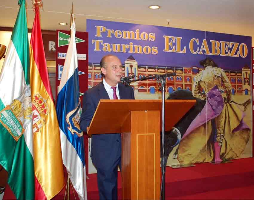 El periodista Paco Guerrero presenta el acto de entrega de premios.