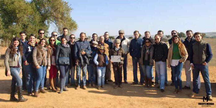 Los visitantes del 'Aula Joven' de La Merced a la ganadería de Prieto de la Cal. (FOTO: Vicente Medero)