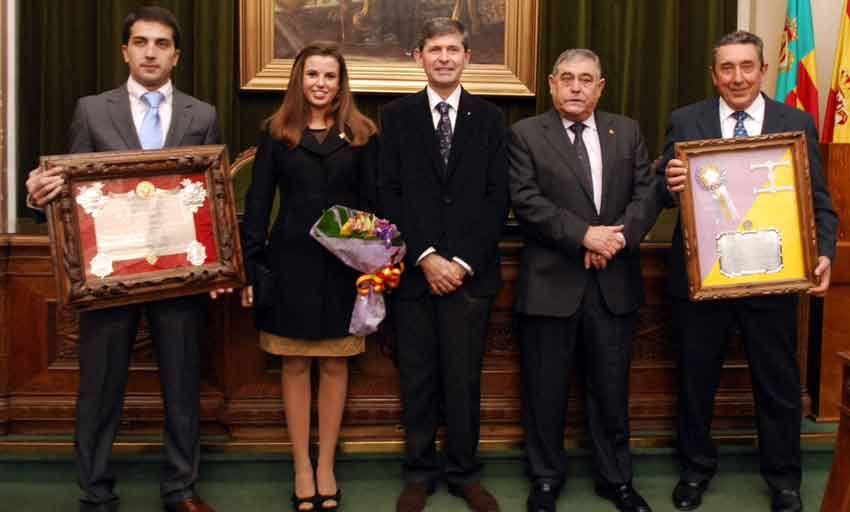 Fernando Cuadri -segundo por la derecha- con el premio al toro 'Mejor presentado' de la Feria de Castellón del año pasado. (FOTO: Enfoque taurino)