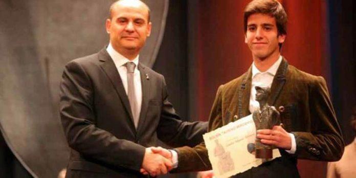 El novillero onubense Emilio Silvera recoge su trofeo como cuarto puesto en el Bolsín de Ciudad Rodrigo.