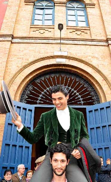 El novillero Pablo Aguado, por la puerta grande de La Merced. (FOTO: Xosé Andrés)